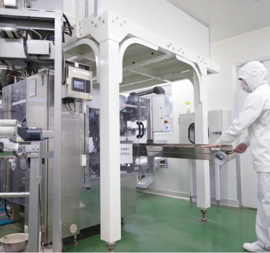 写真:あらゆる粉体に対応する高精度充填機